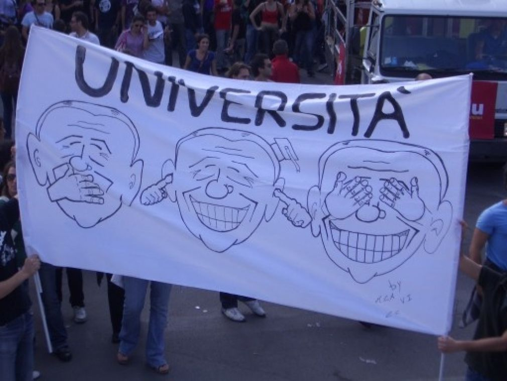 https://upload.wikimedia.org/wikipedia/commons/3/39/Manifestazione_palermo_20_ottobre_gelmini_universita.jpg